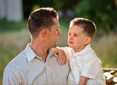 Сын с отцом получают удовольствие друг от друга