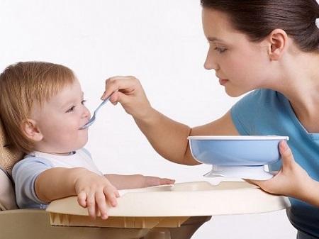Мама кормит малыша
