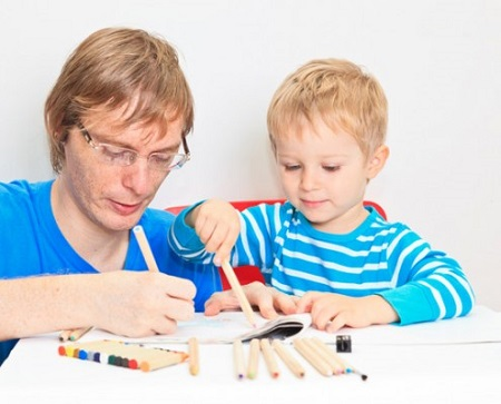 папа с ребенком рисует