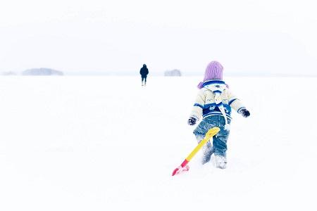 Ребенок в валенках зимой