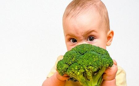 Ребенок ест брокколи